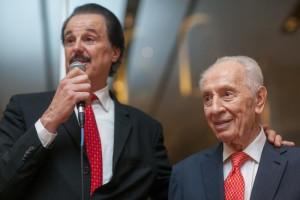 Mike Evans et Shimon Peres, lors de l'inauguration de FOZ, en sept 2015